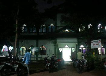 Dua orang mahasiswa hendak keluar dari Gedung Pusat Kegiatan Mahasiswa Universitas, Senin (17/02/2020) (Amanat/Agus)