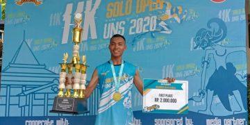 Avi Viqi Fatwa sedang membawa piala juara satu dalam Lomba Lari Solo Open 11K UNS. (08/03/2020) ( Dokumen Istimewa).