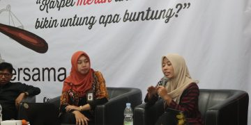 Umi Hanik menyampaikan materis saat talk show Omnibus Law di Auditorium I Kampus 1 (12/03/2020) (Amanat/Fikri)