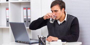 Ilustrasi meminum air putih (dokumen detikhealth).