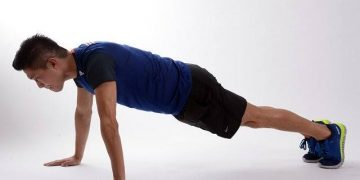 Gambar orang sedang melakukan olahraga push up (dokumen AyoBandung.com).