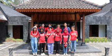 Mahasiswa KKN UIN Walisongo foto bersama dengan warga dan relawan Jepang dan Rusia, Kamis (11/6/2020) (Dok. Istimewa).
