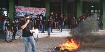 Salah satu mahasiswa sedang melakukan orasi di depan gedung rektorat, Kamis (18/06/2020) (Amanat/Shafril).