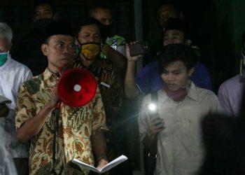 Wakil Rektor III Achamd Arief Budiman menyampaikan hasil audiensi terkait pemotongan UKT di depan Gedung Rektorat Kampus I UIN Walisongo. (19/06/2020) (Amanat/Ibnu).