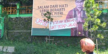 Spanduk tuntutan pemotongan UKT di Kampus I UIN Walisongo Semarang, Senin (15/06/2020) (Amanat/Marzuki).