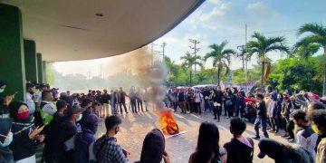 Keluarga Besar Mahasiswa Walisongo saat melakukan aksi di depan gedung Rektorat Kampus I UIN Walisongo. (Dokumen Istimewa).