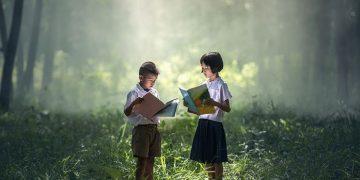 Dua anak sedang membaca buku (Dokumen Pixabay).