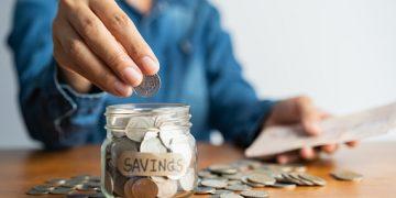 Ilustrasi menyisihkan uang untuk ditabung (Dokumen pixabay).
