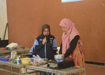 Mahasiswa   Kuliah Kerja Nyata (KKN)  dari Rumah UIN Walisongo sedang memberikan pelatihan Pembuatan Minuman Herbal  Peningkat Imun  kepada Tim Penggerak- Pemberdayaan Kesejahteraan Keluarga ( TP-PKK) di  Dusun Semondo, Desa Mondoretno, Kecamatan Bulu, Kabupaten Temanggung (19/10) (Doc.Pribadi)