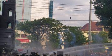 Foto saat kericuhan aksi demo tolak Omnibus Law di depan Gedung DPRD Jateng, Rabu (07/10/2020).