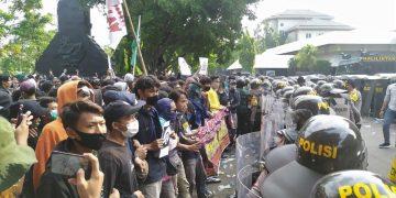 Massa aksi yang dihadang oleh blokade polisi memadati halaman depan Gedung DPRD. (Amanat/ Hasib)