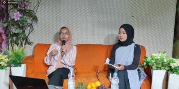 Tangkap layar Dewi Praswida saat menjelaskan pentingnya sikap moderate dalam webinar moderasi beragama, Sabtu (31/10/2020). (Dok. Istimewa)