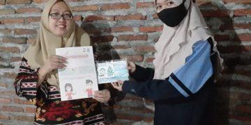 Mahasiswa KKN RDR 75 UIN Walisongo membagikan masker gratis kepada warga Widuri I, Kecamatan Genuk, Semarang. Selasa (17/11/2020). (Dok. Istimewa)