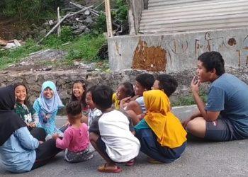 Beberapa anak terlihat antusias dipandu mahasiswa KKN UIN Walisongo bermain permainan tradisional, Minggu (08/11/2020). (Dok. Istimewa)