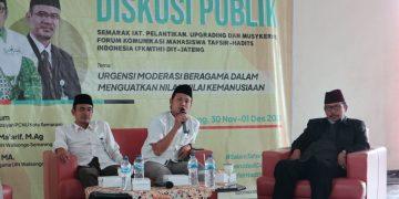 Luthfi Rahman (nomor dua dari kanan) ketika menyampaikan materi dalam diskusi publik, Senin(30/11/2020). (Amanat/ Fikri)