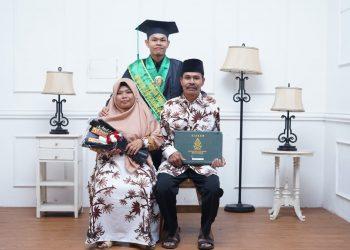 Foto Nasikhin Bersama Kedua Orang Tua. (Dokumen Istimewa).