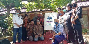 Foto bersama kartunis nasional dengan jajaran dosen fuhum usai peresmian acara Pameran Kartun di depan Galeri Nusantara ISAI Kampus 2 Fuhum, Kamis (08/04/2021) (Amanat/Safira)