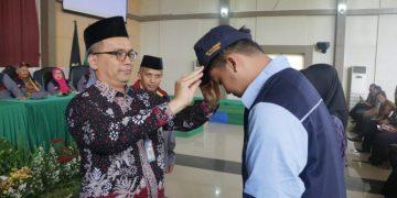 Rektor UIN Walisongo, Imam Taufiq saat mengenakan Topi Mahasiswa yang akan mengikuti KKN, Kamis (09/01/2020) (Dok. Istimewa)