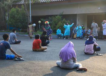 Mahasiswa UIN Walisongo Semarang menghibur pasien Covid-19 di tempat isolasi rumah dinas Wali Kota Semarang (Dok. Humas pemprov Jateng)